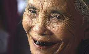 Alte Frau mit schwarzen Zähnen